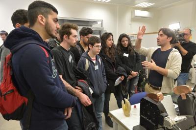תלמידים במרכז להדפסה תלת ממד