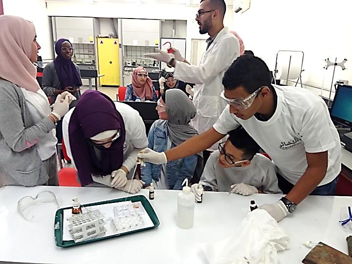 תלמידי אלבשאייר במעבדה